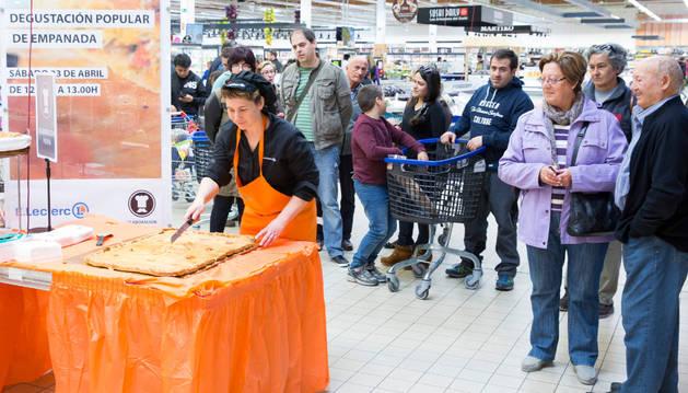 Varios clientes esperan su turno para poder degustar la empanada.
