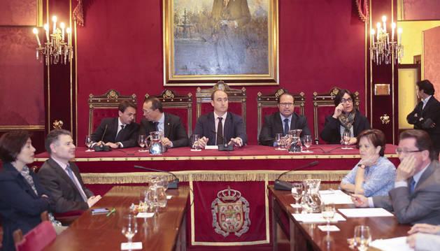 El pleno de un minuto que culminará con la elección del nuevo alcalde en Granada