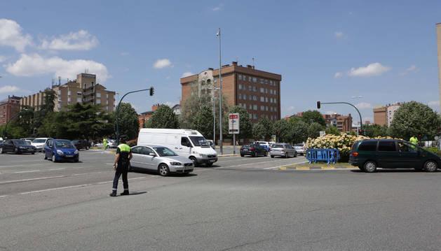 Policía Municipal dando paso a varios coches.