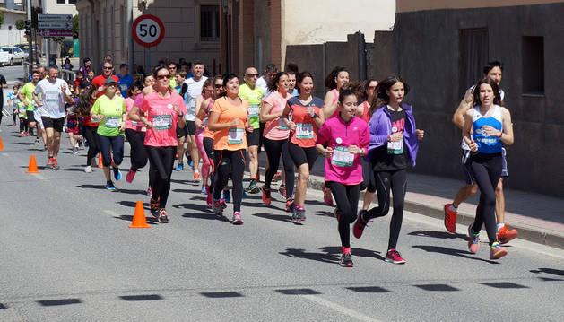Un grupo de corredores pasa por uno de los tramos del circuito establecido a lo largo del casco urbano de Valtierra.