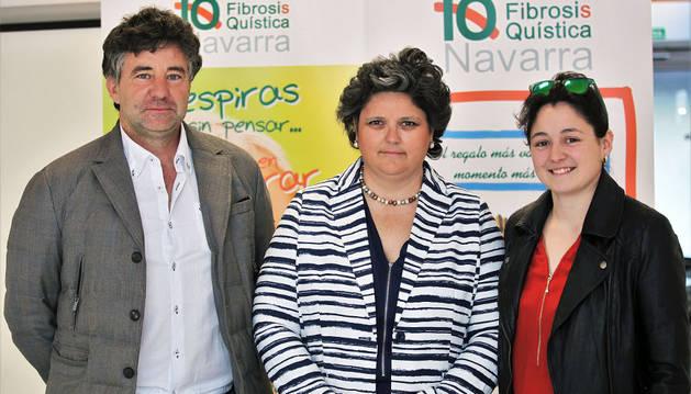 Itsaso Artazcoz, a la derecha, junto a sus padres Juan Pedro Artazcoz y Cristina Mondragón.