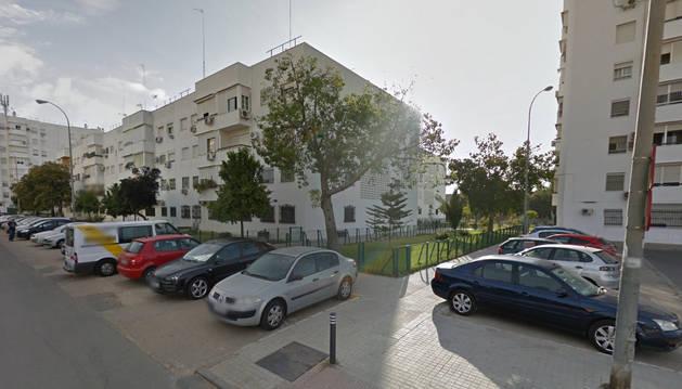 Entrada a la calle Binéfar, en Sevilla.