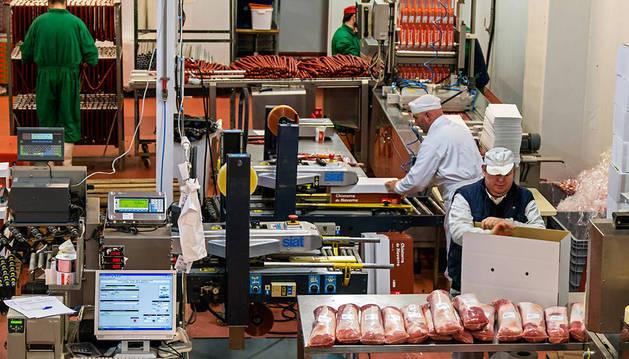 Interior de una de las tres fábricas de embutido que hay en la localidad de Meano, en Tierra Estella.