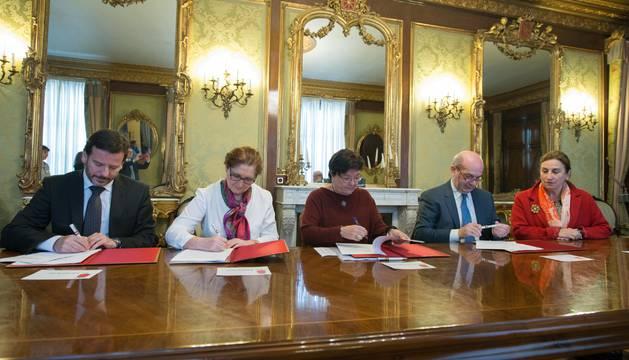 Lacarra, Ramos, la consejera Beaumont, Arribas y Aldave durante la firma de los convenios.