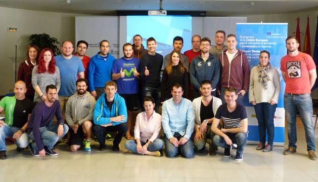 Integrantes del curso junto a los responsables del INDJ.