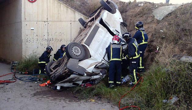 Cinco muertos y tres heridos al caer una furgoneta por un puente en Murcia