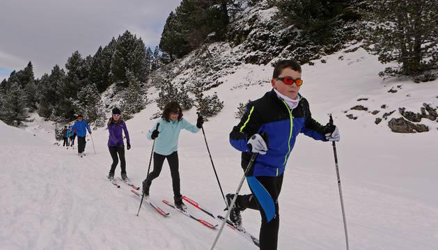 Escolares participando en las primeras jornadas de la presente campaña escolar de esquí de fondo.