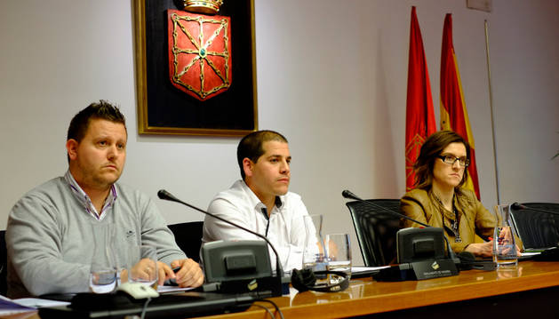 De izda. dcha., Patxi Martínez, Esaúl Domínguez, y la presidenta de la comisión, Nuria Medina (PSN).