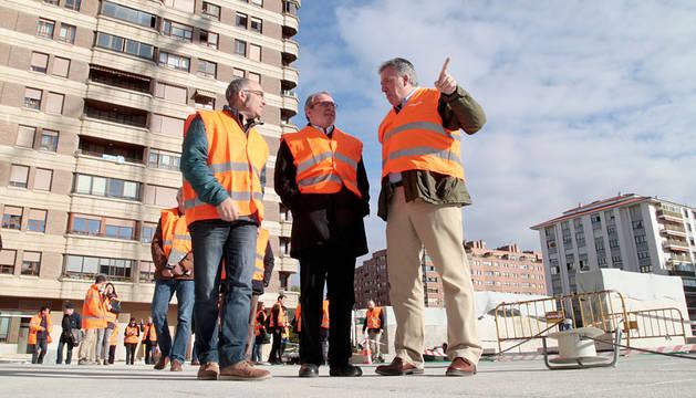 Visita de Joseba Asirón a la segunda fase de la urbanización de Iturrama Nuevo.