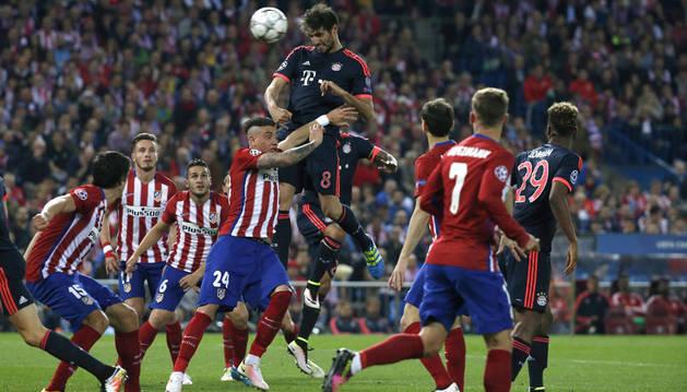 El Atlético golpea, resiste y vence
