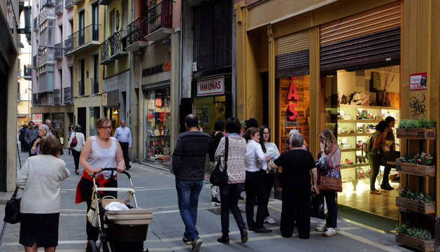 Un grupo de gente pasea por el Casco Viejo de Pamplona.