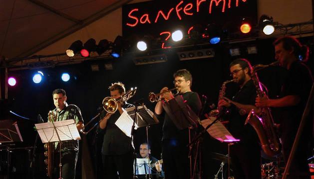 Los componentes del grupo Sedajazz Latin Ensemble durante su actuación en los Sanfermines de 2004.