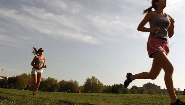 Dos mujeres corren en la Vuelta del Castillo de Pamplona.