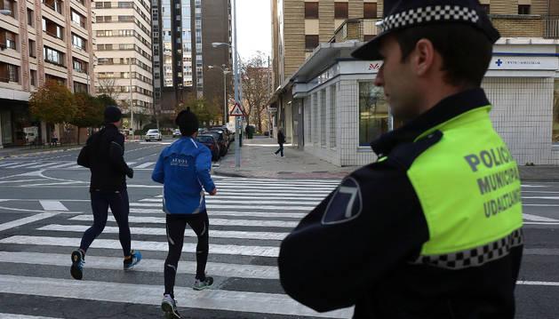 Un policía municipal controlando la circulación.