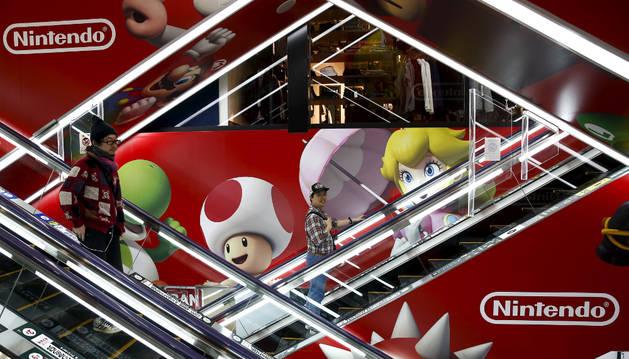 Varias personas visitan el centro comercial de Nintendo en Tokio.