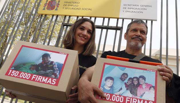 Los representantes de Bomberos en Acción, Inés García y Jorge Landete, con las 150.000 firmas.