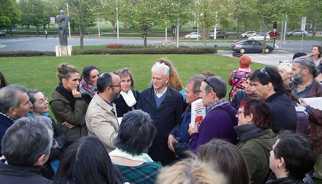 Rafael Santandreu, en el centro de la imagen, impartió su conferencia fuera del Civican.