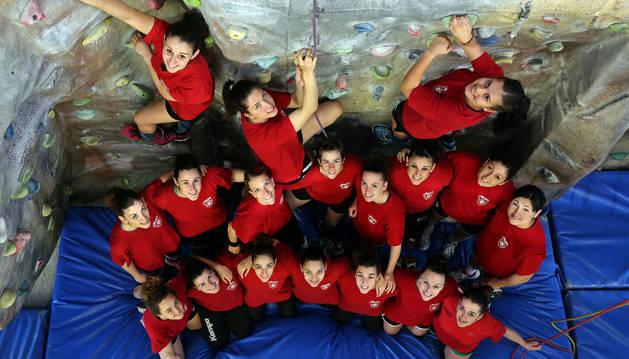 Las jugadoras del Beti Onak en el rocódromo del Pabellón Hermanos Induráin de Villava simulan sus intenciones de escalar a División de Honor.