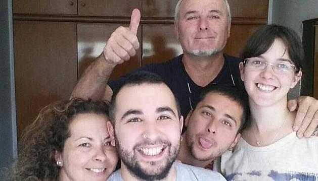 Foto de familia días antes del trasplante. Desde la izquierda, Juany Villaplana Merino, Víctor Aceituno Villaplana, Roberto Aceituno Villaplana y Sara Redín. Arriba, Manuel Aceituno.