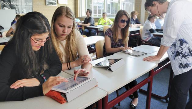 Un grupo de jóvenes utilizan la tablet en clase.