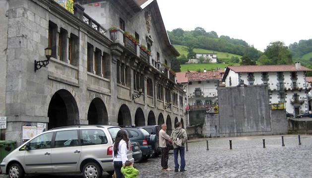 Ayuntamiento y frontón de Leitza.