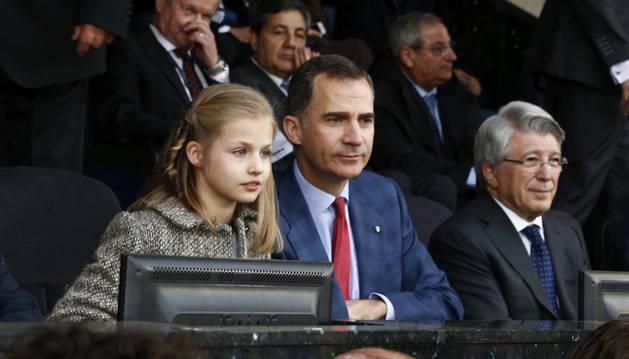 El Rey Felipe VI acompañado de su hija, la infanta Leonor, junto al presidente del Atlético de Madrid, Enrique Cerezo.