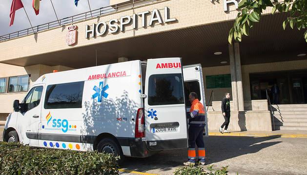 Una ambulancia de SSG, en las puertas del hospital de Tudela.