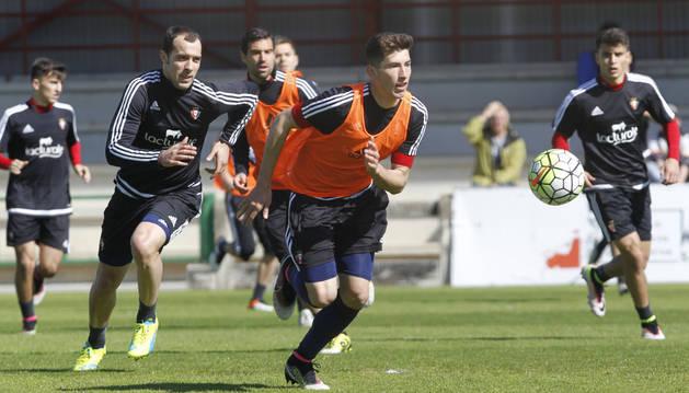 David García persigue la pelota durante el entrenamiento de ayer. Tras él, Urko Vera.