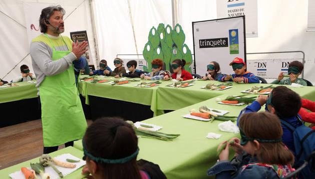 Santi Cordón, jefe de cocina del restaurante Trinquete, se dirige a los alumnos de Huertas Mayores que asistieron al curso.