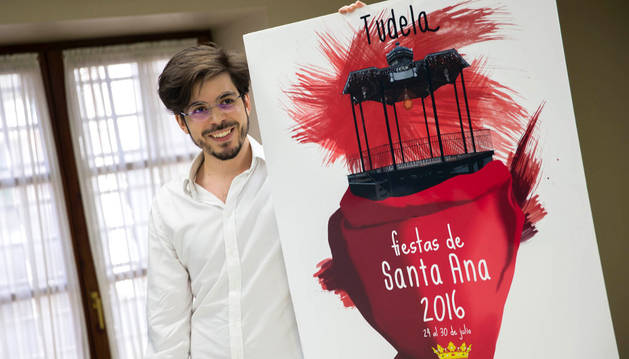 Ismael López Fauste posa con su cartel, que anunciará las fiestas de Santa Ana de Tudela de este año.