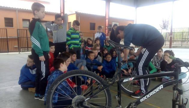 Alumnos asistentes al taller sobre el manejo de bicicletas.
