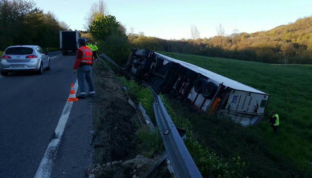 Muere un camionero en una salida de vía y vuelco en la N-121 en Lantz