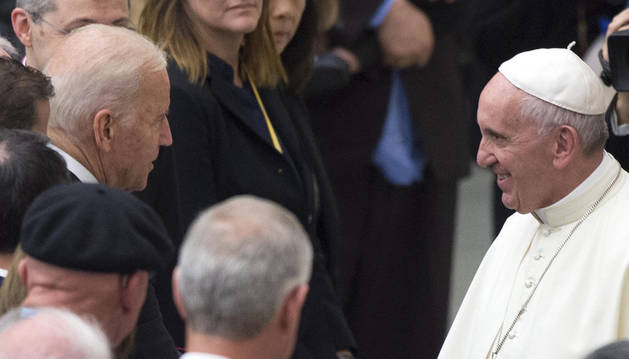 El papa Francisco (d) recibe al vicepresidente de Estados Unidos, Joe Biden (i).