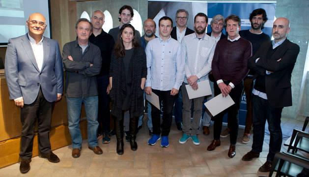 Ganadores y jurado, posaron en una foto de grupo.