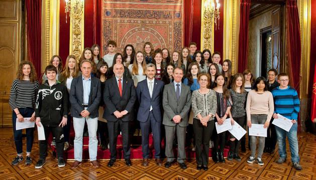 Foto de grupo de los galardonados con los diplomas del programa.