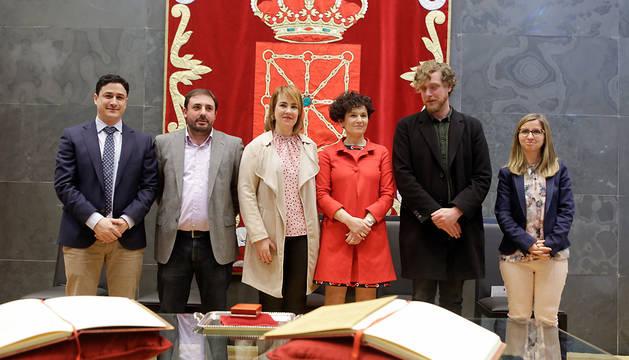 Los componentes de la Mesa del Parlamento posan junto a la nueva presidenta de la Cámara de Comptos.