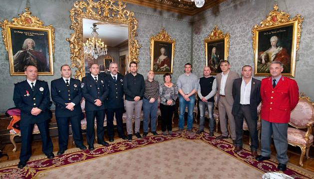 La consejera Beaumont posa este viernes junto con los alcaldes, el director general de Interior y mandos policiales.