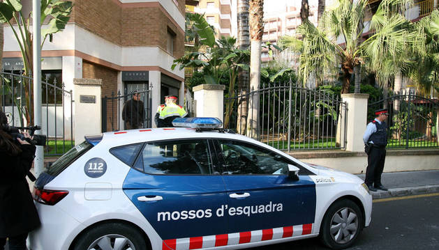Los Mossos d'Esquadra, en la vivienda en cuyo ascensor ha sido encontrado el cadáver de una mujer.