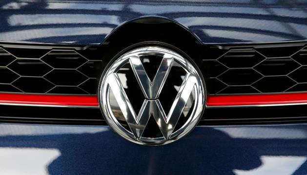 El logo de Volkswagen en uno de sus vehículos.