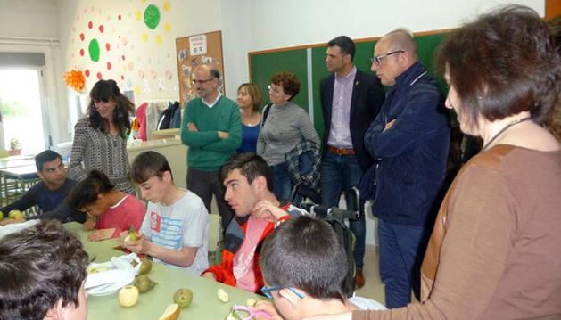 Instante de la visita de la comisión de Educación del Parlamento al colegio Torre Monreal.