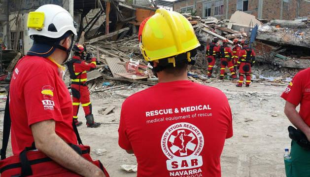 Dos integrantes de SAR Navarra observan los efectos devastadores del terremoto.