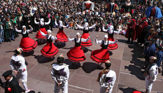 Instante de la actuación del Grupo de Danzas de Tudela en la plaza de los Fueros de la capital ribera.