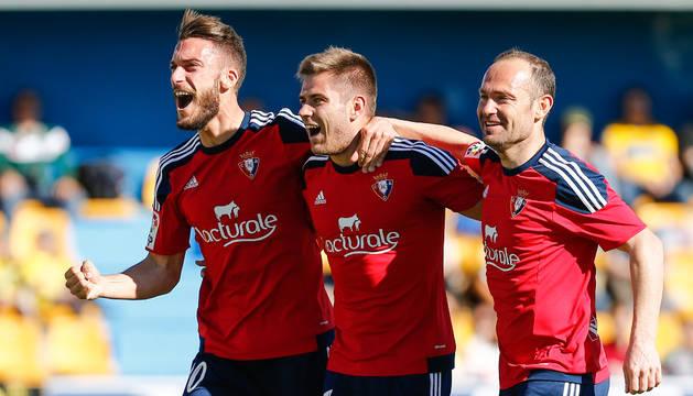 Roberto Torres, Pucko y Nino celebran juntos el gol de ayer que dio la victoria a Osasuna en el  duelo ante el Alcorcón.