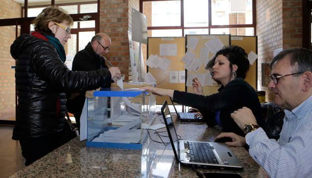 Decenas de vecinos se acercaron ayer por la mañana al consistorio de Barañáin para depositar su opinión en las urnas.
