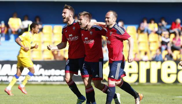 Roberto Torres, Pucko y Nino celebran el primer gol de Osasuna.
