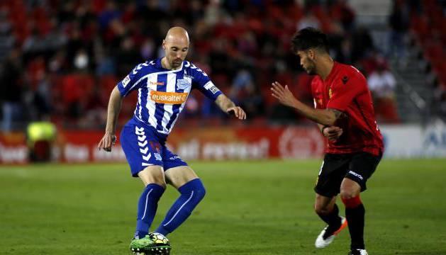 Gaizka Toquero protege el balón frente un jugador del Mallorca.