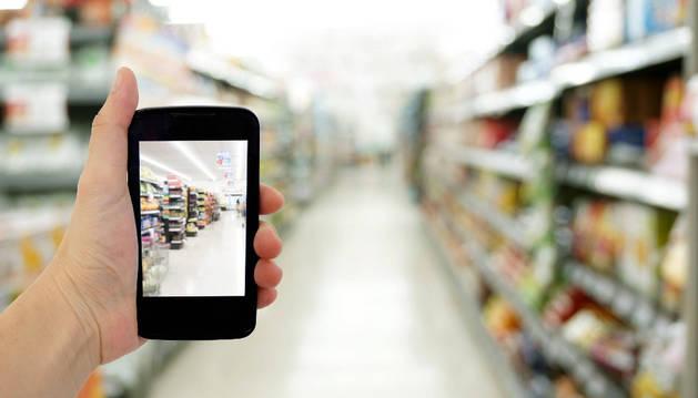 El móvil, una herramienta cada vez más útil en los supermercados.
