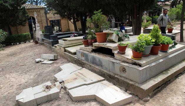 Imagen de dos de las nueve de las lápidas derribadas en el cementerio municipal de Murchante.