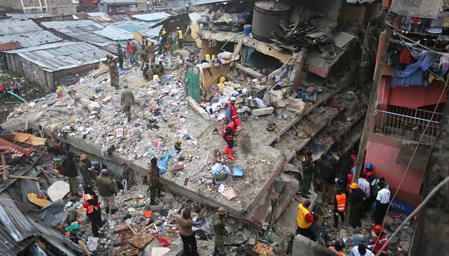 Aumentan a 13 las víctimas tras el derrumbe de un edificio en Nairobi