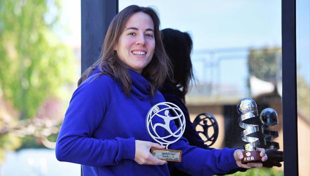 La base navarra María Asurmendi muestra los dos trofeos logrados esta temporada; en la mano derecha, el de Liga; en la izquierda, el de Copa.